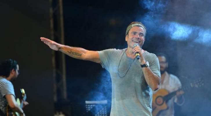 عمرو دياب يصدم الجمهور بلون شعره الجديد-بالفيديو والصور