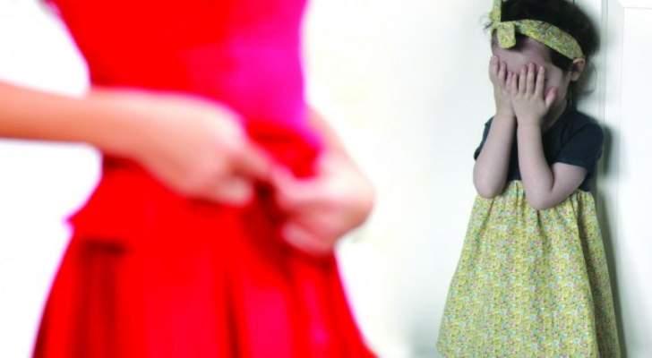 ممثلة تنصح الأمهات بالتعري أمام أولادهن وتظهر وهي تنظف بيتها من دون ثياب - بالصورة