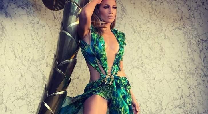 """جينيفر لوبيز تختتم عرض """"Versace"""" في ميلانو بفستان إرتدته قبل 20 عاماً- بالفيديو"""