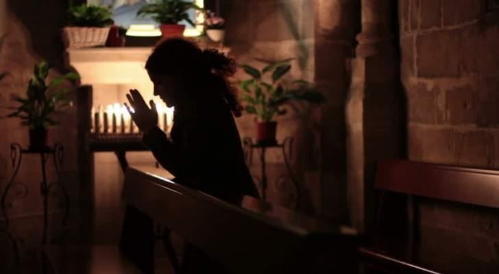 ممثلة مصرية مسلمة تثير الجدل بسبب دخولها الكنيسة وصلاتها فيها