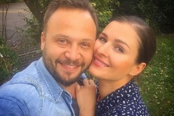 مكسيم خليل وصورة رومانسية مع زوجته سوسن أرشيد
