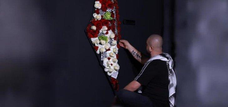آدم عفارة يهدي فلسطين مجسماً من الورود.. بالصور