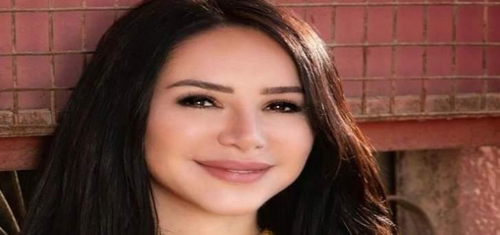 إنجي علاء تعايد والدها بعيده-بالصور