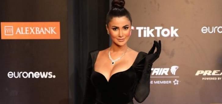 بالصور- هدى الاتربي تستعرض مفاتنها بفستان أسود أنيق في مهرجان الجونة