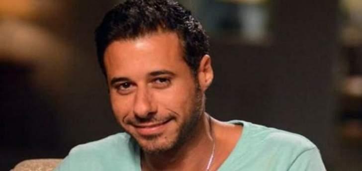 هكذا كان يبدو أحمد السعدني في طفولته إلى جانب والده الممثل الشهير-بالصورة