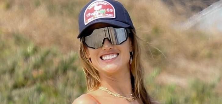 أليساندرا أمبروسيو تستعرض قوامها بالبيكيني على الشاطئ