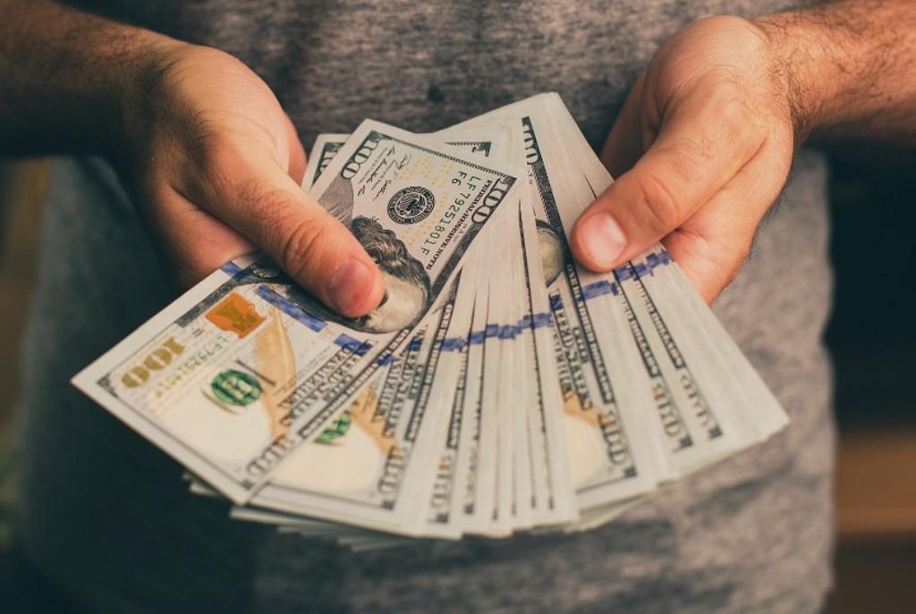 تحول إلى إمرأة بسبب ديونه.. وهذه النتيجة!
