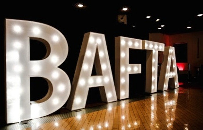 ممثلة عالمية كاد فستانها يسقط على السجادة الحمراء في حفل الـBAFTA-بالصور