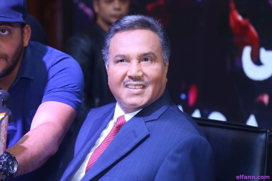 شاهدوا ردّة فعل محمد عبده الغريبة حين حطّت جرادة على جبينه بحفله