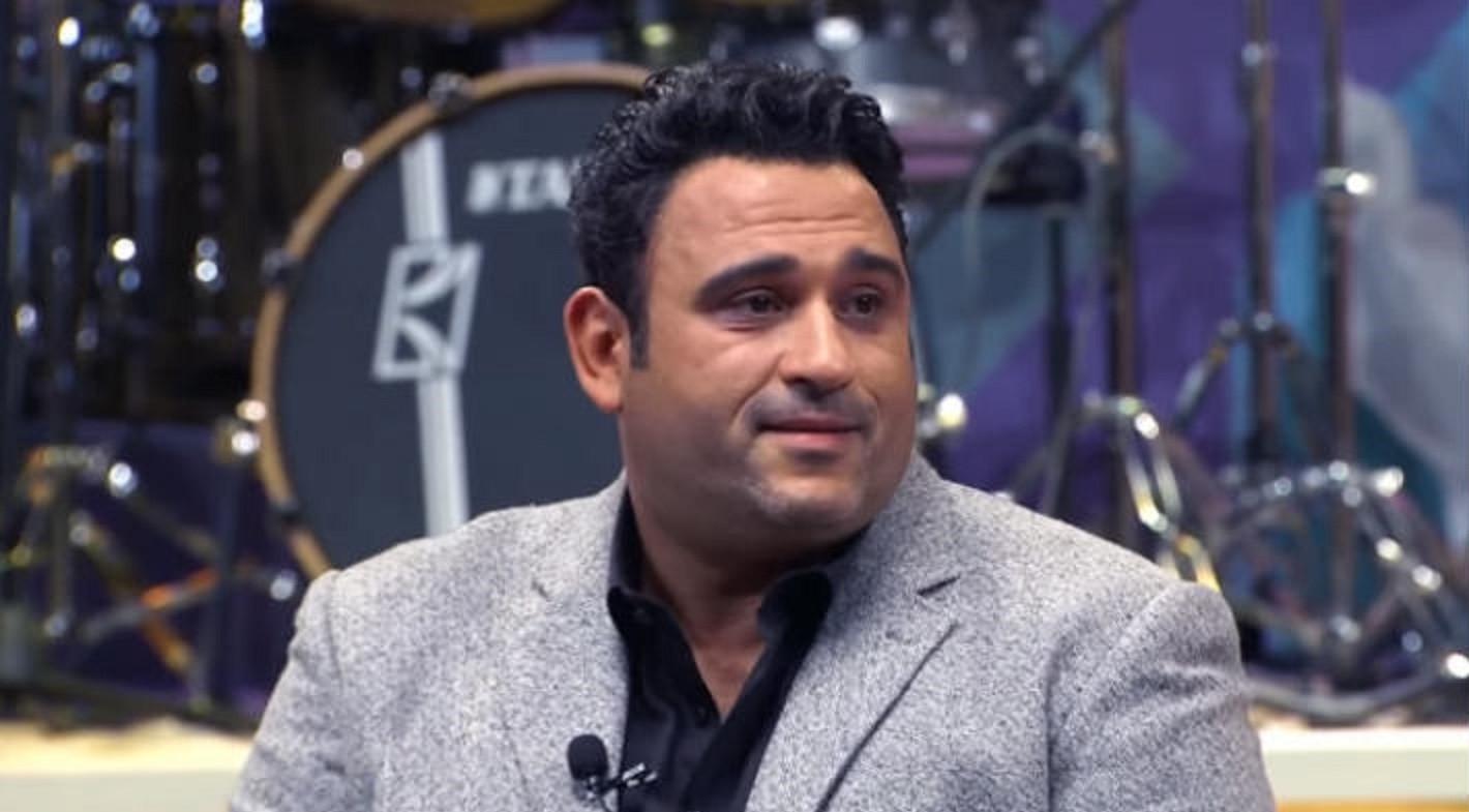 """خاص """"الفن""""- أكرم حسني يغني أكثر من أغنية في """"الأوضة الضلمة الصغيرة"""""""