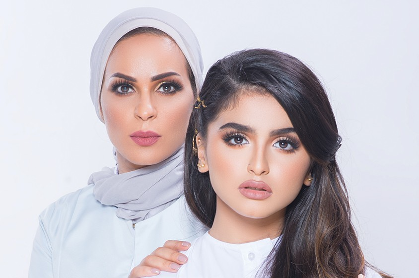 حلا الترك تستعرض حشمة والدتها في رد على صور دنيا بطمة -بالفيديو