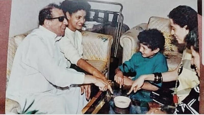 خمنوا من هو هذا الطفل ممثل مصري شهير إلى جانب سيد مكاوي