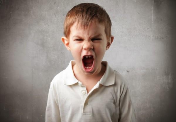 طفل يتيم يتعرّض للضرب بالحذاء والشتيمة من قبل خاله