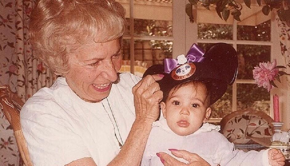 خمنوا من هي هذه الطفلة مع جدتها والتي أصبحت نجمة عالمية- بالصورة