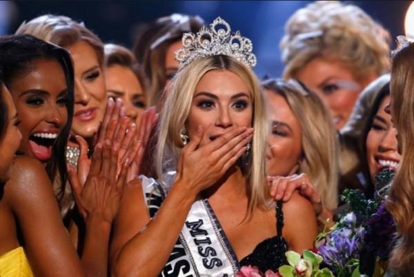 ملكة جمال أميركا تحدث بلبلة في مسابقة ملكة جمال الكون ثم تعتذر-بالفيديو