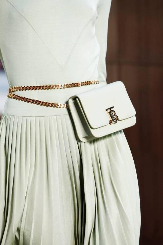 قبل أن تشتري حقائبكِ ..تعرفي على الصيحات الاكثر رواجاً لها لعام 2019- بالصور