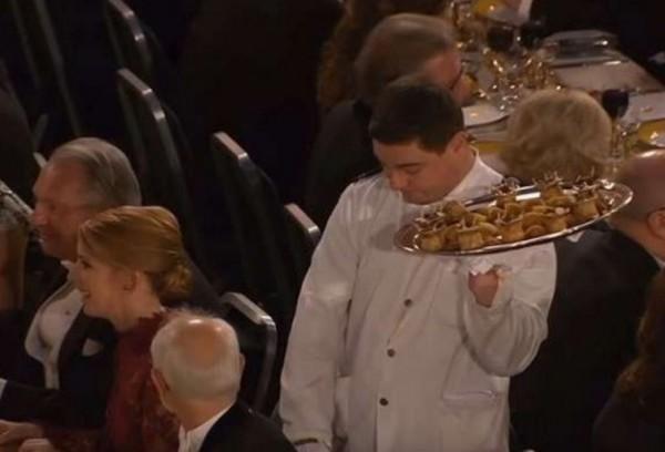 الكاميرات تكشف عن موقف محرج حصل مع نادل خلال حفل جائزة نوبل-بالفيديو