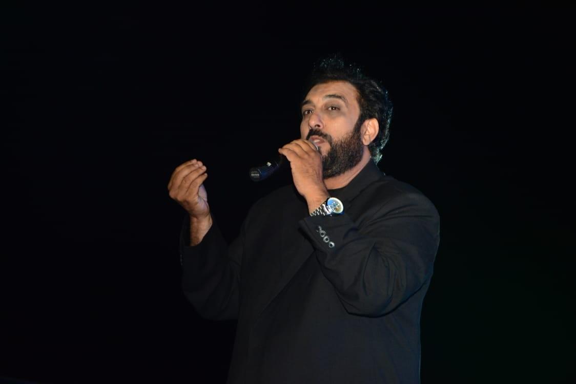 حسام حسني يغني أحمد عدوية وعمرو دياب- بالصور