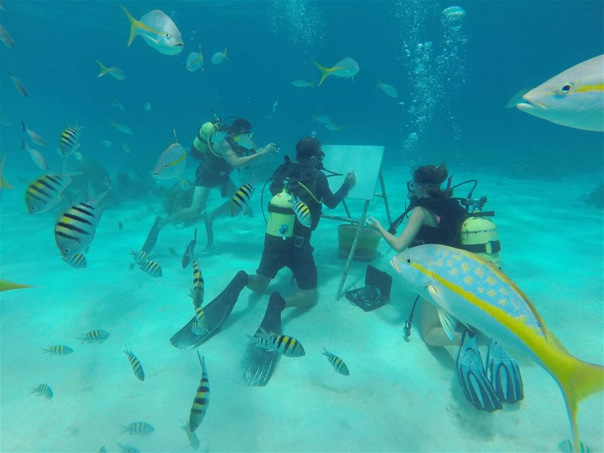فنان يرسم لوحاته تحت الماء على عمق 6 أمتار.. بالفيديو