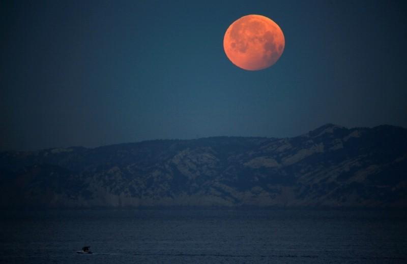 بعد ساعات.. خسوف للقمر يشهده العالم
