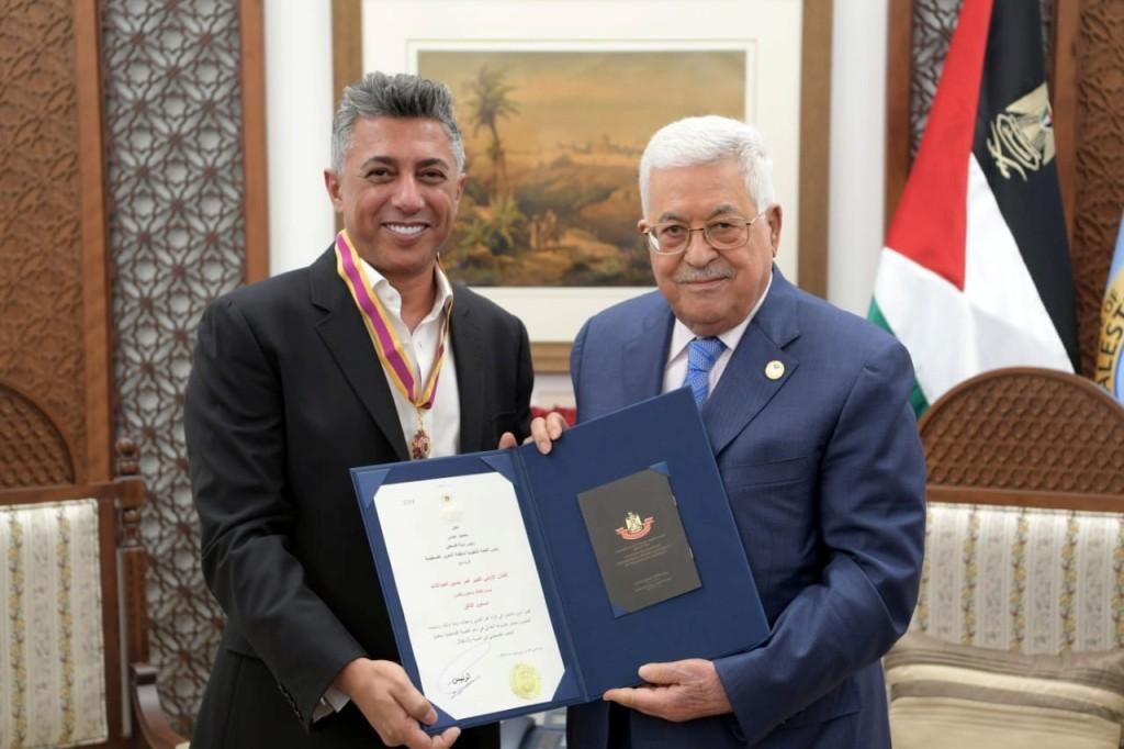"""بالصور- الرئيس الفلسطيني يمنح عمر العبد اللات """"وسام الثقافة والعلوم والفنون"""""""