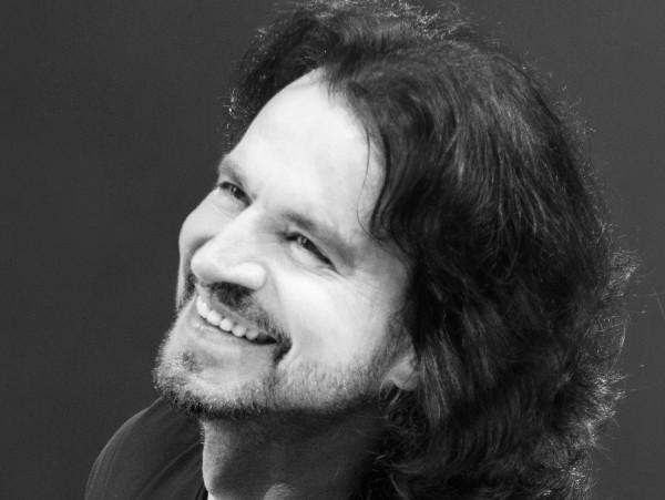 الموسيقار العالمي ياني يكشف عن هديته في عيد الحب وعن اللغة العالمية الأجمل