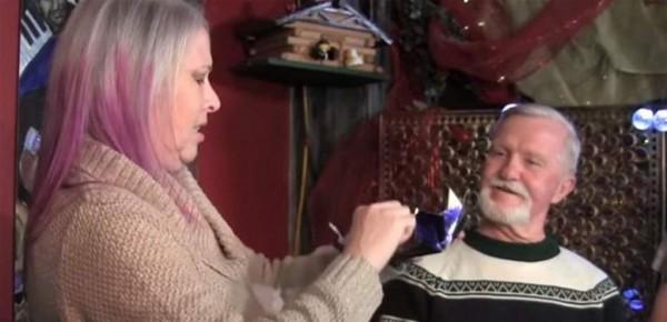 بعد 47 عاماً فتح هدية من حبيبته السابقة بحضورها.. فكانت المفاجأة -  بالفيديو