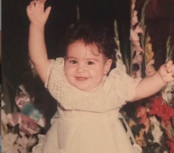 هذه الطفلة أصبحت ممثلة مصرية مشهورة .. خمنوا من تكون؟