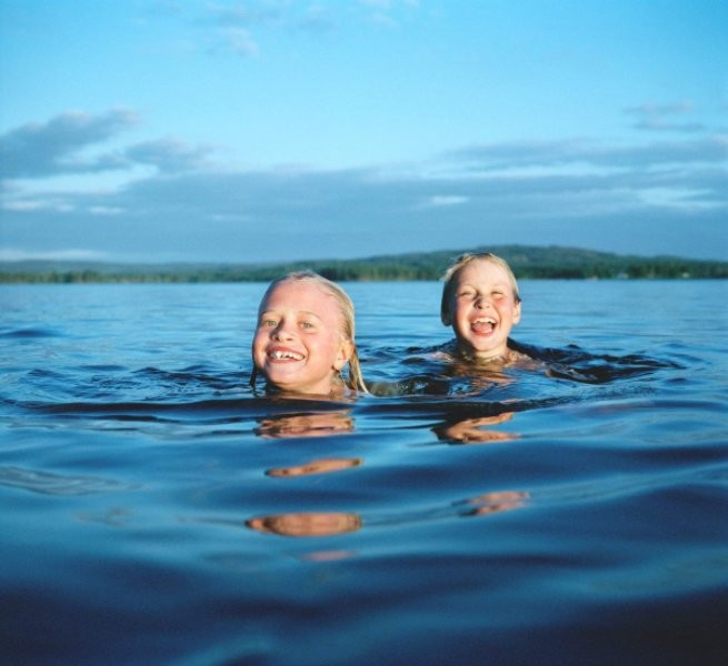 السباحة مادة إلزامية بمناهج التعليم المدرسي في هذا البلد