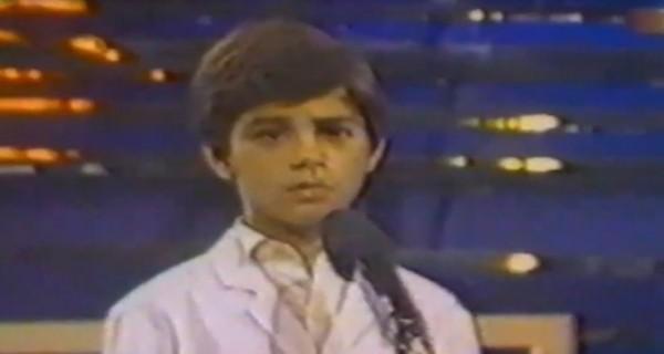 خمنوا من هو هذا الطفل الذي أصبح فناناً عربياً شهيراً؟