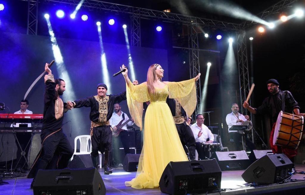 فيفيان مراد تخطف الأنظار بصوتها وإطلالتها في مهرجان مار الياس..بالصور