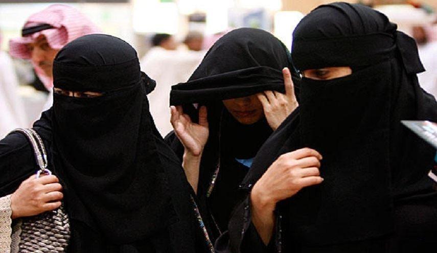 مشاجرة بين امرأة متزوجة وفتيات كويتيات تحرشن بزوجها أمامها!