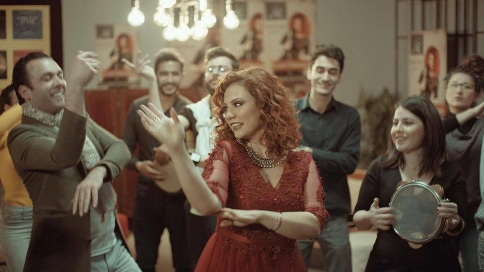 """لينا شاماميان تكسر الحواجز وتتخطى الحدود في """"ياخي أنا سورية"""".. بالفيديو"""