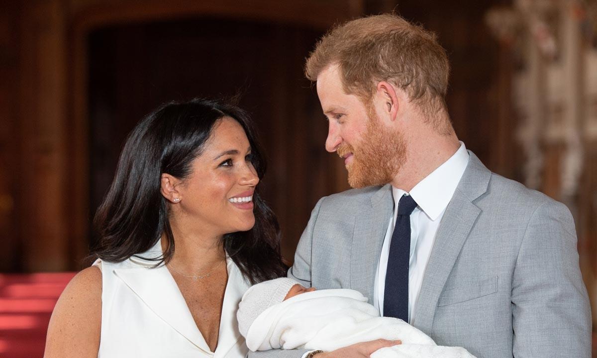 طفل الامير هاري وميغان ماركل في أول ظهور له خارج القصر الملكي – بالصور