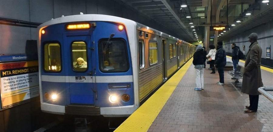إمرأة تثير ضجة بظهورها شبه عارية في محطة المترو! بالصور
