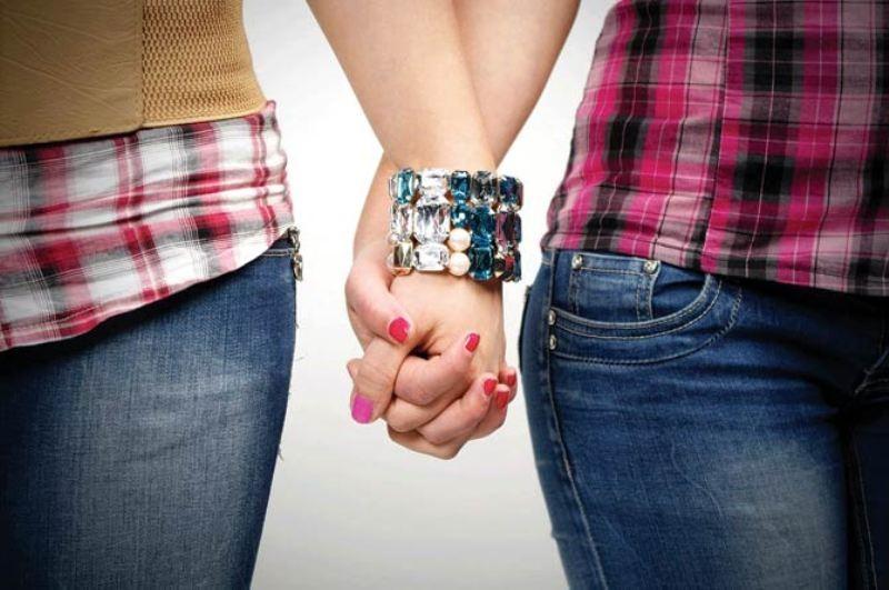 إمرأتان مثليتان تتعرضان للضرب بعد رفضهما تقبيل بعضهما-بالصورة