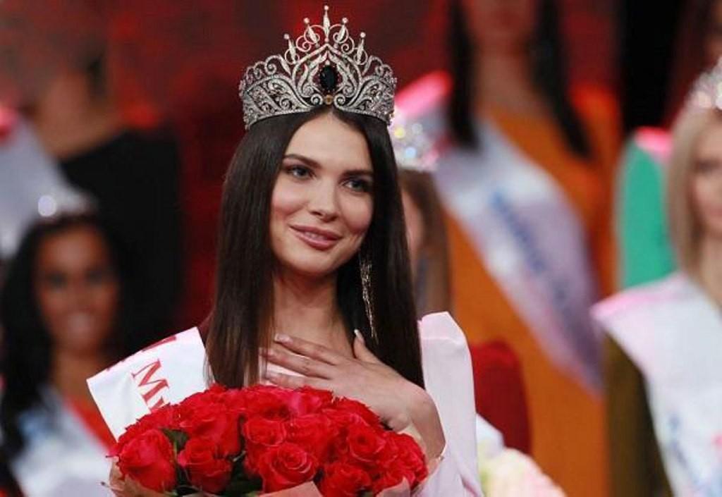 """تجريد ملكة جمال روسيا 2018 من اللقب والتاج """"كان الألماس يسقط منه"""""""