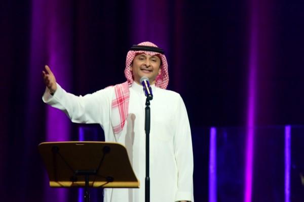 إبن عبد المجيد عبدالله يشعل مواقع التواصل الإجتماعي بصوته الجميل-بالفيديو
