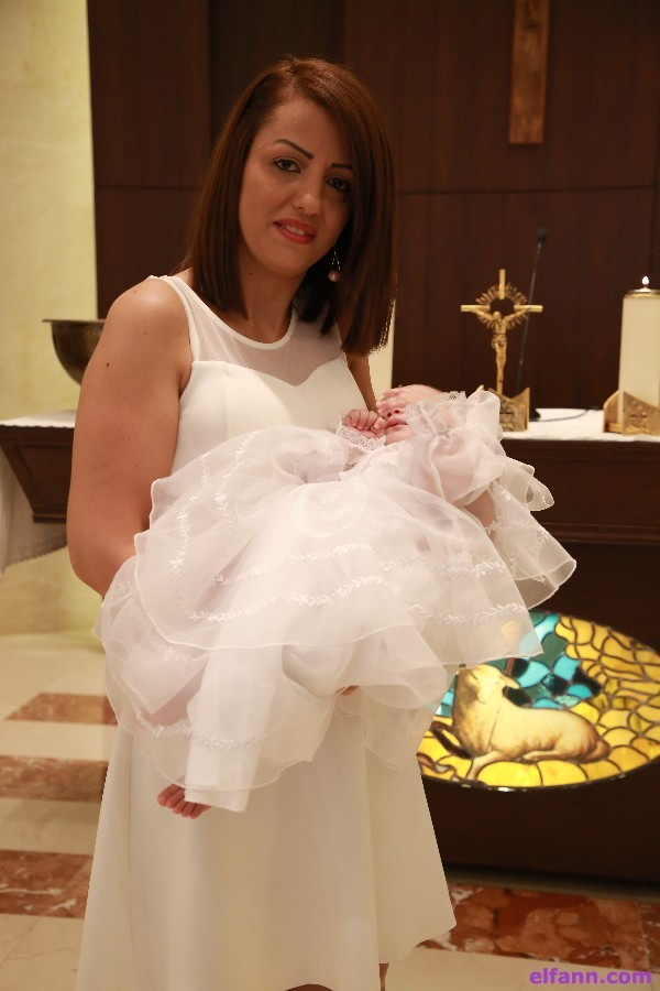 159c9e683 دانيال إبنة الزميل المصور داني أبي خليل تنال سر المعمودية