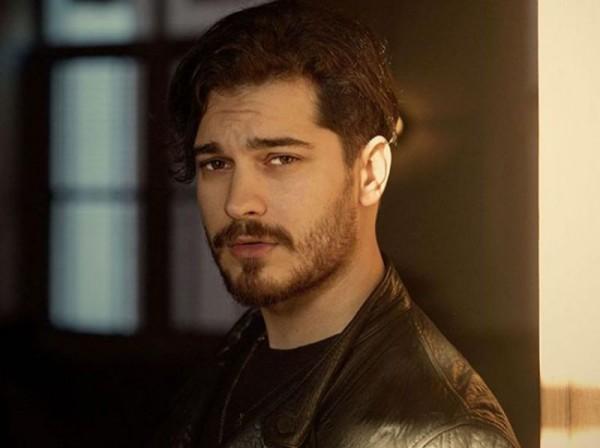 مشاهد جنسية ساخنة في مسلسل تركي بطلها شاتاي أولسوي - بالصور