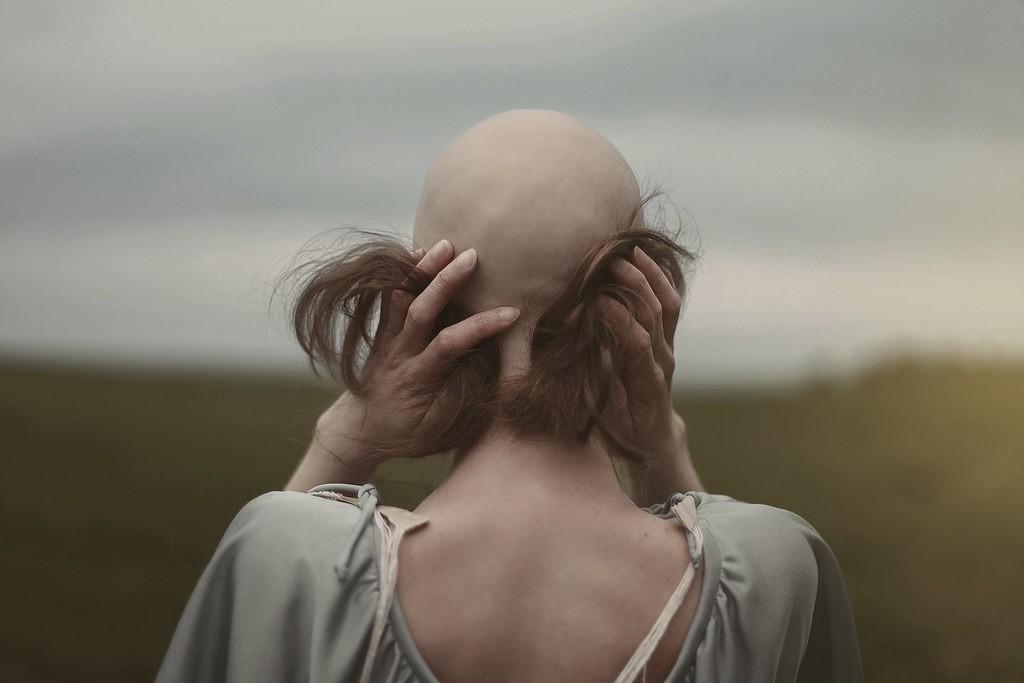 إعلامية خليجية تحلق شعرها تضامناً مع مرضى السرطان- بالصورة