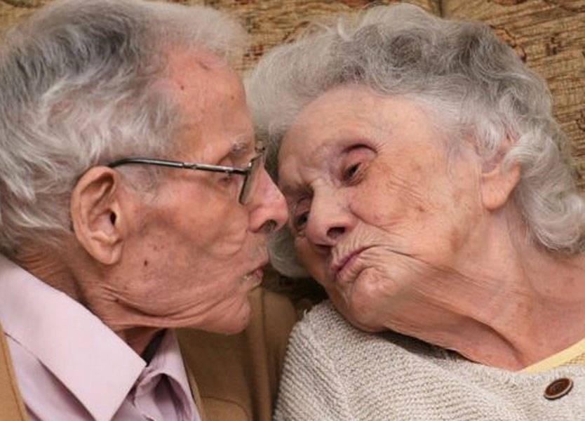 فارقا الحياة في ذات اليوم بعد 71 سنة زواج