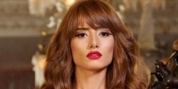 """انتقادات واسعة لزينة بسبب """"فستانها المكشوف"""" فكيف ردت؟ - بالصورة"""