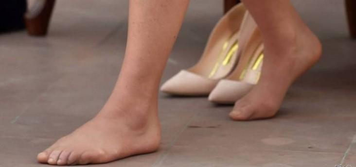 ممثلة شهيرة تثير الجدل برقصها حافية القدمين في الشارع! بالفيديو